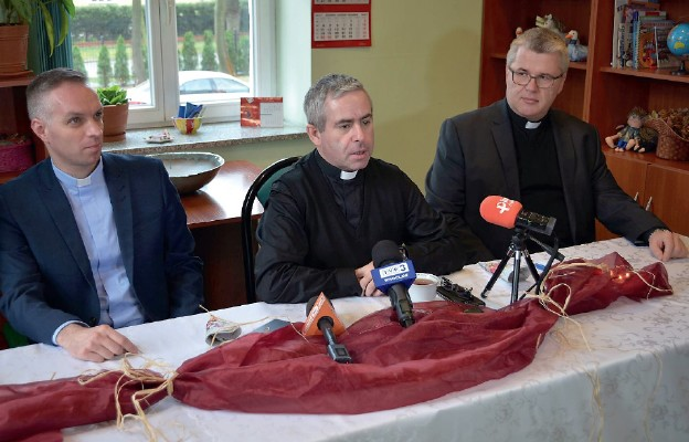 Na zdjęciu od lewej: ks. Artur Trela, dyrektor Domu Księży Emerytów, ks. Marcin Iżycki, dyrektor Caritas Polska oraz ks. Robert Serafin, dyrektor legnickiej Caritas