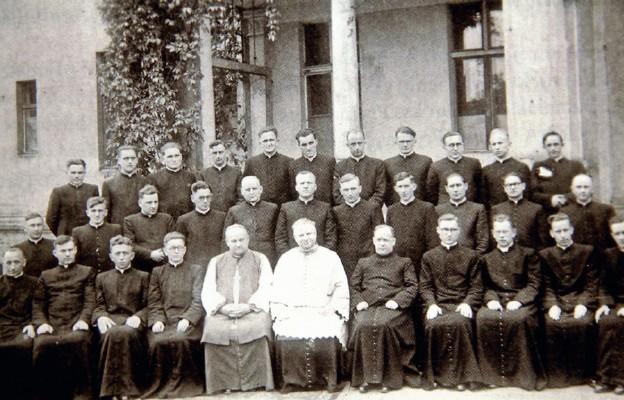 Ks. Szelążek w otoczeniu pierwszych wychowanków gorzowskiego seminarium