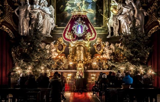 Krzeszowska bazylika rozświetlona światłem