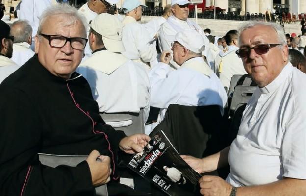 Ks. prał. Jerzy Steckiewicz (od lewej) z bratem bliźniakiem ks. prał. Andrzejem Steckiewiczem których trzeba było odnaleźć...