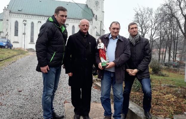 Przekazanie figurki na ręce ks. proboszcza Władysława Terpiłowskiego