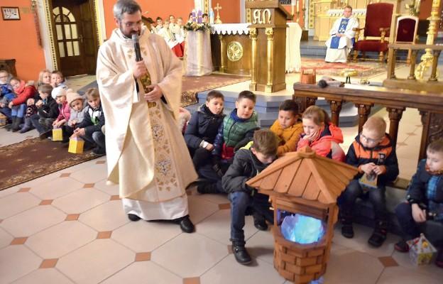 Ks. Grzegorz z dziećmi w akcji