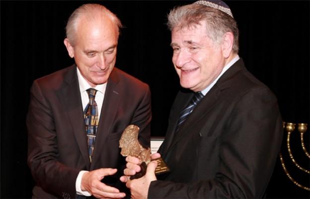 Rabin Abraham Skórka przyjmuje Orła Jana Karskiego z rąk ambasador Polski Argentynie Marka Pernala
