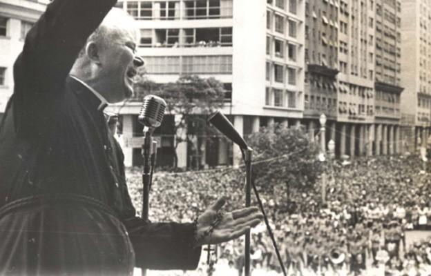 Ks. Peyton z różancem w dłoni  podczas  wiecu modlitewnego w Rio De Janiero, Grudzień 1962 r.