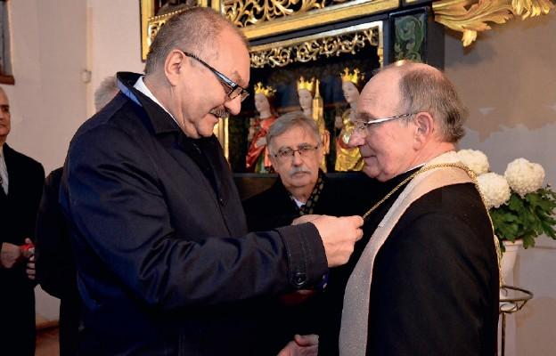 W imieniu ministra odznaczenie ks. Czesławowi Misiewiczowi wręczył marszałek województwa dolnośląskiego Cezary Przybylski
