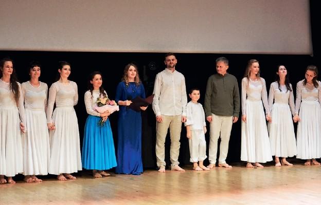 """Artyści spektaklu taneczego """"Lilia"""" odtworzyli sceny z życia Maryi – efekt zachwycił oklaskującą ich publiczność"""