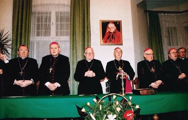 Pierwsza publiczna sesja procesu bp Wilhelma Pluty w pałacu biskupim w Gorzowie