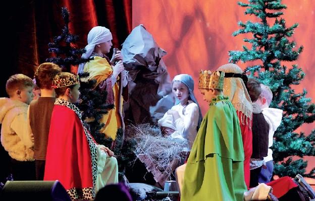 Dzieci wystąpiły w Teatrze Zdrojowym im. H. Wieniawskiego w Szczawnie-Zdroju