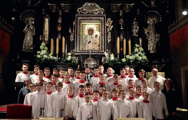 Jasnogórscy chłopcy śpiewają u Matki Bożej
