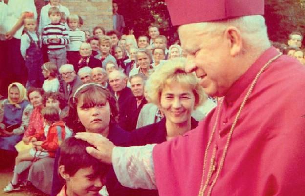 Abp Ignacy Tokarczuk wizytuje parafi ę Matki Bożej Królowej Polski w Dąbrowie (obecnie diecezja rzeszowska)
