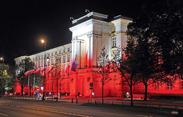 Siedziba kancelarii premiera jest tradycyjnie podświetlana w barwy narodowe m.in. z okazji Święta Konstytucji 3 Maja, Święta Flagi i Święta Niepodległości