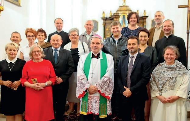 Członkowie Centrum Ewangelizacyjnego Świętego Augustyna wraz z Ordynariuszem Sandomierskim