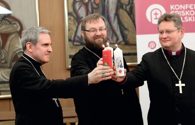 Wspólne zapalenie świec przez przedstawicieli trzech różnych wspólnot kościelnych