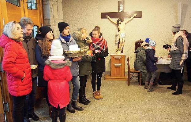 Młodzież rozprowadza krówki w Bystrej Krakowskiej