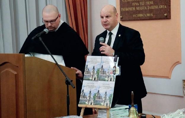 Jacek Marian Hołub wraz z o. Maciejem Niedzielskim prezentują przewodnik po sanktuarium Matki Bożej Bolesnej w Jarosławiu