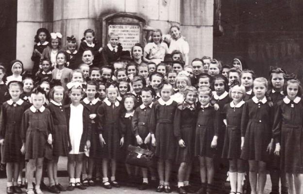 Chór dzieci polskich i żydowskich z Płud z dyrygentką s. Marią Ziółkowską i ks. Wacławem Majewskim. Czerwiec 1943 r.