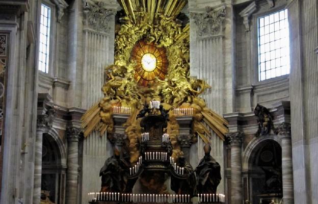 Ołtarza Katedry, który jest oświetlony na tę okazję świecami