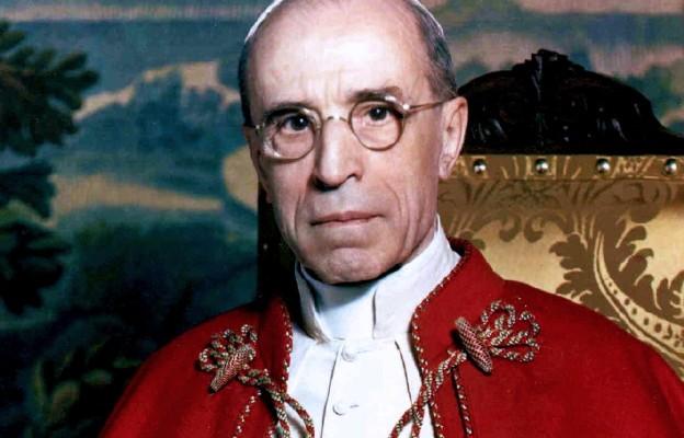 Kard. Bertone broni Piusa XII