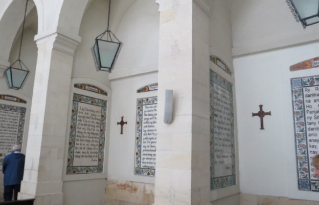 Krużganek klasztorny z tablicami z tekstem Modlitwy Pańskiej w różnych językach