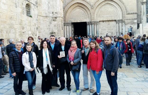 Członkowie Rycerskiego i Szpitalnego Zakonu św. Łazarza z Jerozolimy przed Bazyliką Grobu Pańskiego w Jerozolimie