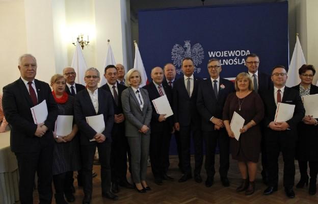 Wiceminister Rodziny, Pracy i Polityki Społecznej i wojewoda dolnośląski z przedstawicielami samorządów