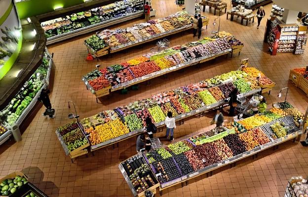 Sklepy i apteki działają normalnie; ograniczenia dla restauracji i galerii handlowych