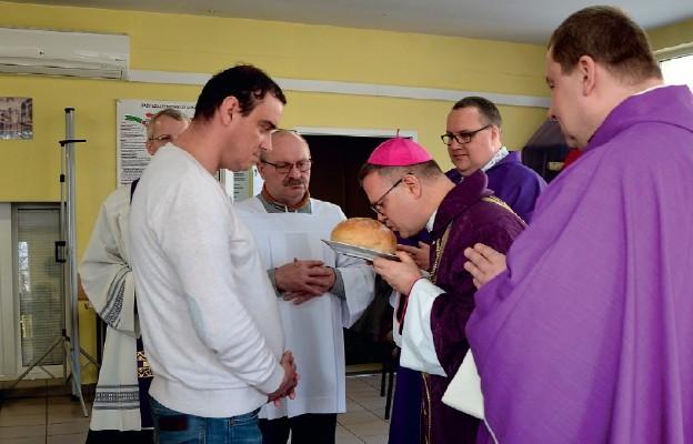 W procesji z darami złożono m.in. chleb
