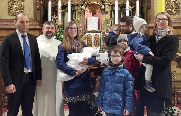 Marysia Skrzydło była chrzczona na liturgii paschalnej w ubiegłym roku. Na zdjęciu z rodzicami chrzestnymi, o. Mirosławem Bijatą OSPPE oraz (po prawej) rodzicami i rodzeństwem