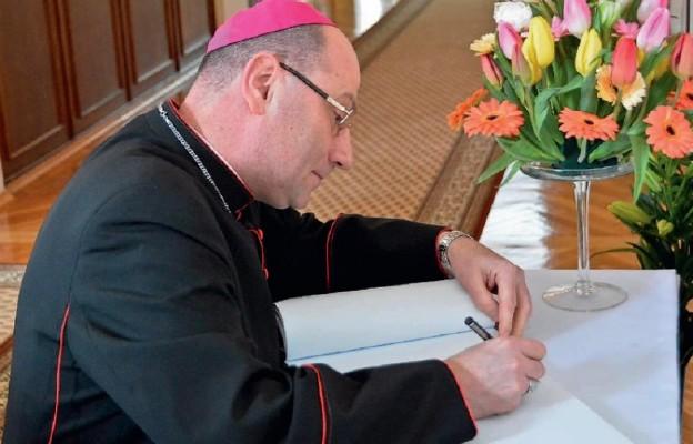 Prymas Polski abp Wojciech Polak wpisał się do Księgi Pamiątkowej Seminarium