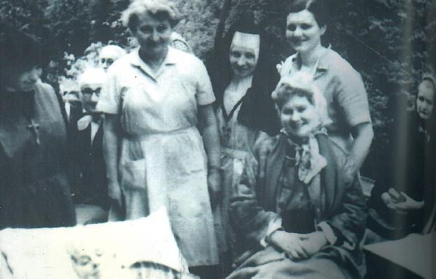 Hanna Chrzanowska z chorymi w Trzebini, obok po prawej stronie, s. Serafina Paluszek, felicjanka, i Alina Rumun