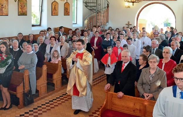 Uroczyste wniesienie relikwii św. Marii De Mattias do kościoła parafialnego w Piłatce przez proboszcza ks. Piotra Kulitę