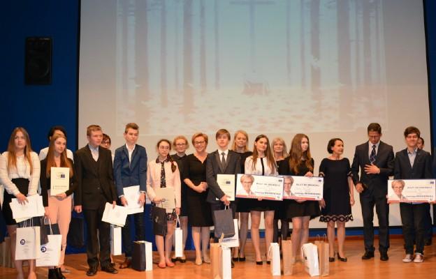 Europoseł Jadwiga Wiśniewska z laureatami i finalistami Konkursu
