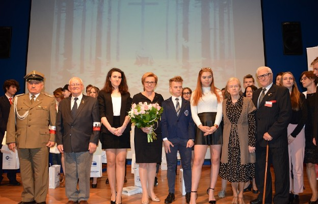 Europoseł Jadwiga Wiśniewska z przedstawicielami Rodzin Katyńskich i środowisk kombatanckich oraz finalistami Konkursu
