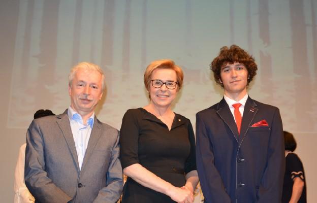 Europoseł Jadwiga Wiśniewska z wyróżnionym uczniem z Sosnowca Jarosławem Bełzą i opiekunem mgr Jarosławem Sobaszkiem