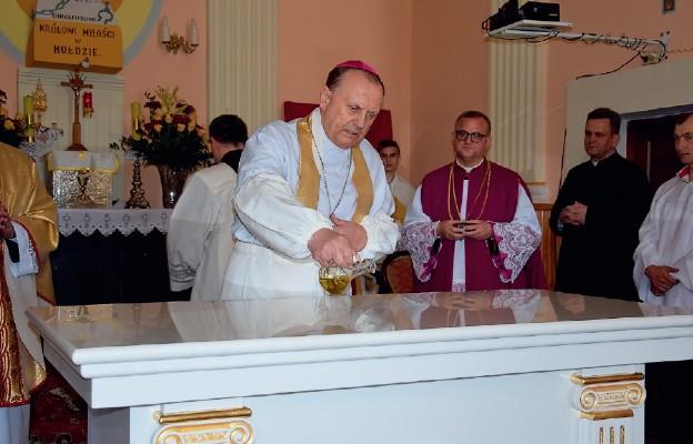 Bp Tadeusz Pikus namaścił olejem krzyżma mensę ołtarza w parafi i św. Antoniego Padewskiego w Ugoszczy