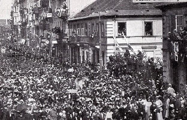 Brama Pałacu Branickich podczas pochodu 3 maja 1916 r.