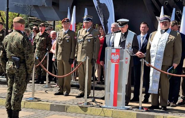Błogosławieństwo nowo zaprzysiężonych żołnierzy przez ks. ppłk. Andrzeja Piersiaka