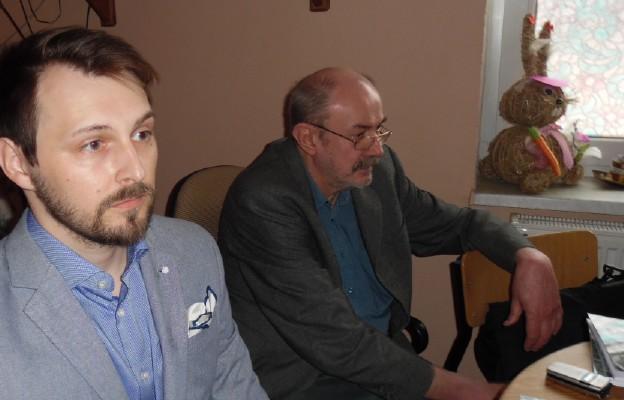 Prowadzący spotkanie Piotr Rubacha z poetą