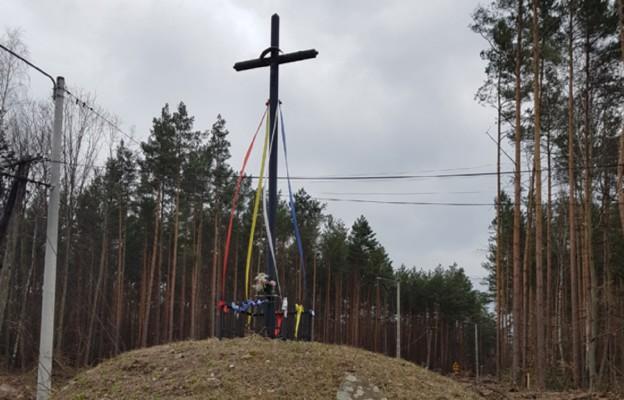 Ocalony krzyż przydrożny z czasów II RP