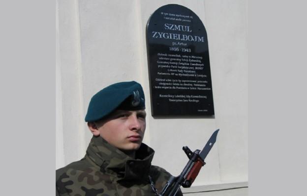 Tablica upamiętniająca Szmula Zygielbojma  na kamienicy, gdzie mieszkał w Chełmie. Została zainstalowana staraniem Towarzystwa Jana Karskiego