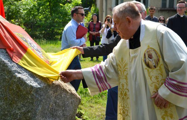 Ks. kan. Bolesław Szczęch odsłania pamiątkową tablicę