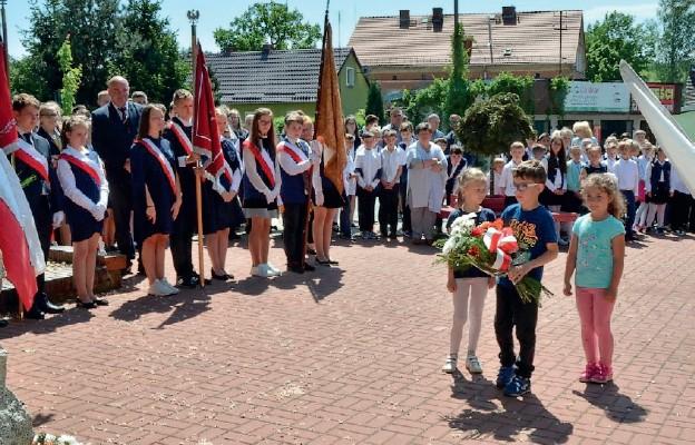 Przy obelisku upamiętniającym bohaterów walki o wolność złożono kwiaty i zapalono znicze