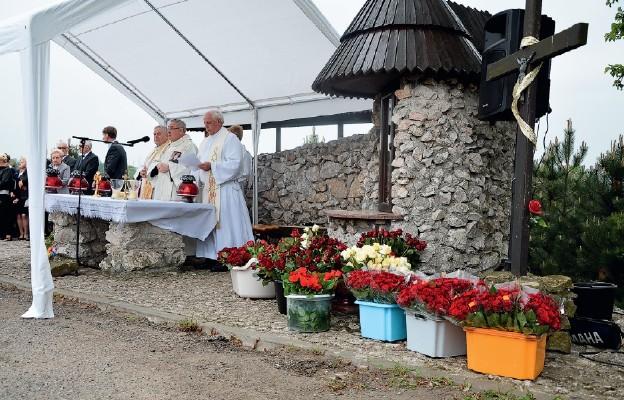 Po Mszy św. przy kapliczce cziciele św. Rity są obdarowywani różami