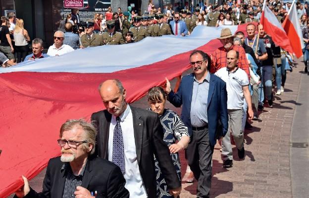 Uczestnicy marszu nieśli długą fl agę narodową