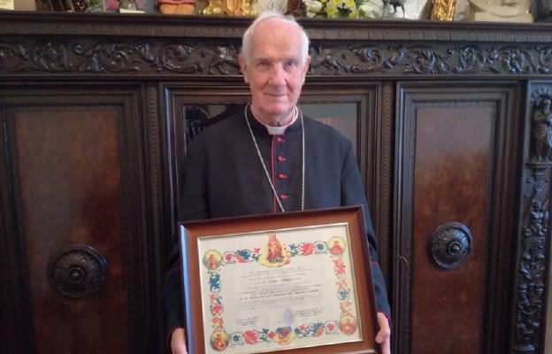 Biskup Igancy Dec z dekretem afiliacyjnym