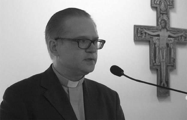 Gdy umiera młody kapłan, dziennikarz...