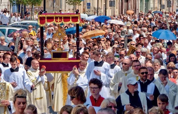 Z Najświętszym Sakramentem na ulicach Legnicy