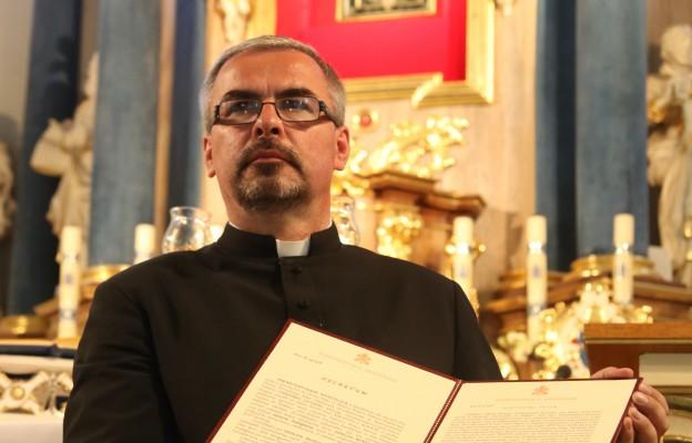 Ks. Piotr Bortnik, kustosz sanktuarium w Rokitnie, z dekretem Penitencjarii Apostolskiej