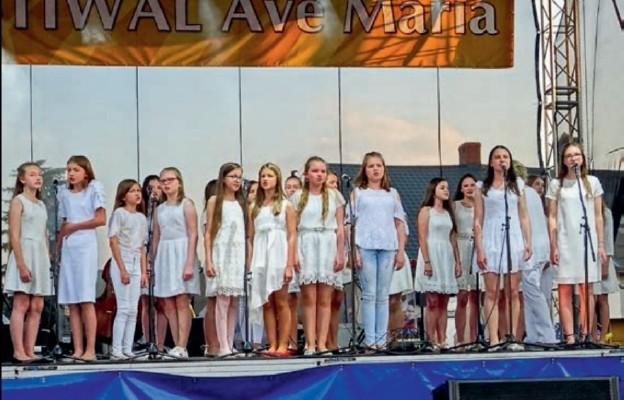 Pieśnią chwalili Maryję