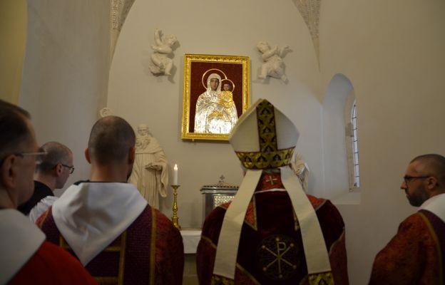 Tyniec: Kard. Stanisław Ryłko pobłogosławił nową sukienkę Matki Bożej Śnieżnej